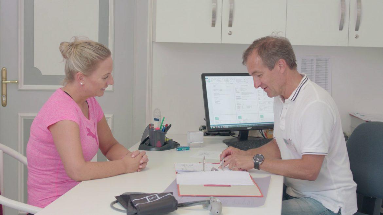 Frau lässt sich von Arzt beraten