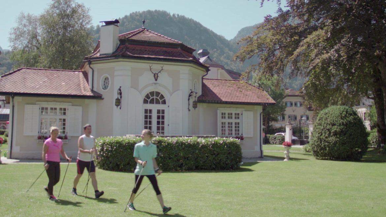 Zwei Personen unterziehen sich einer geführten Walking-Therapie