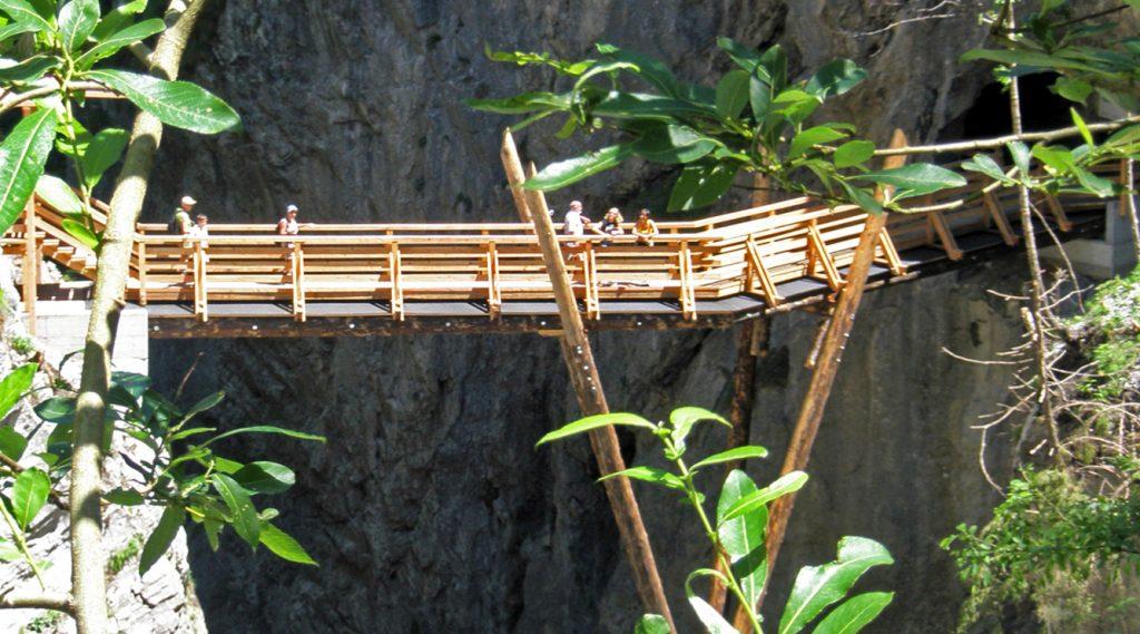 Brückenkonstruktion aus Holz über die Kitzlochklamm