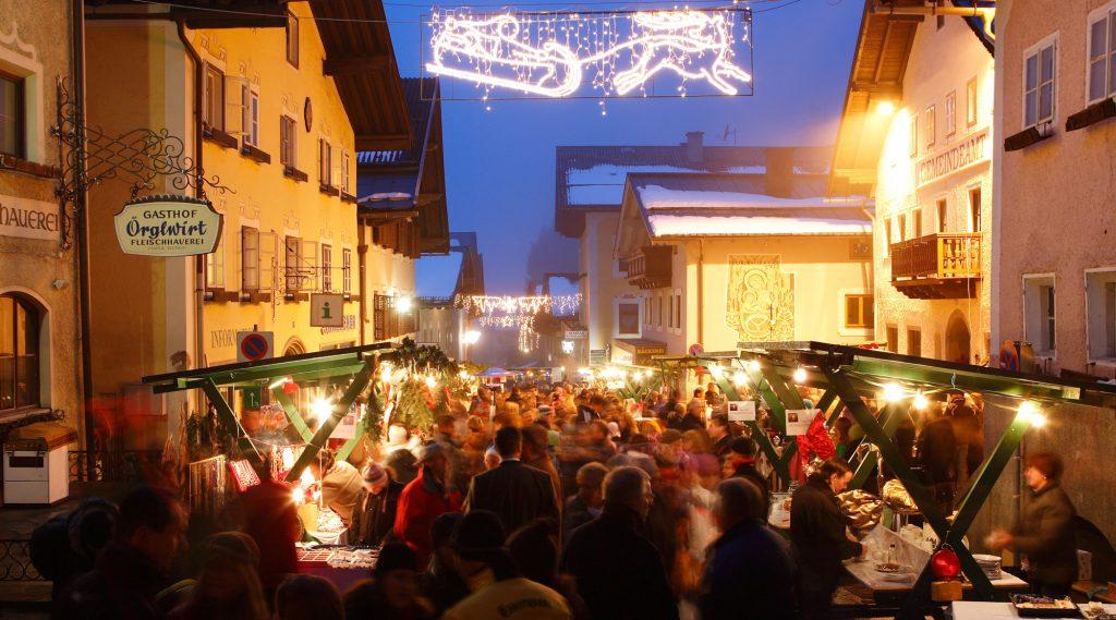 Abendstimmung beim gut besuchten Adventmarkt in Taxenbach