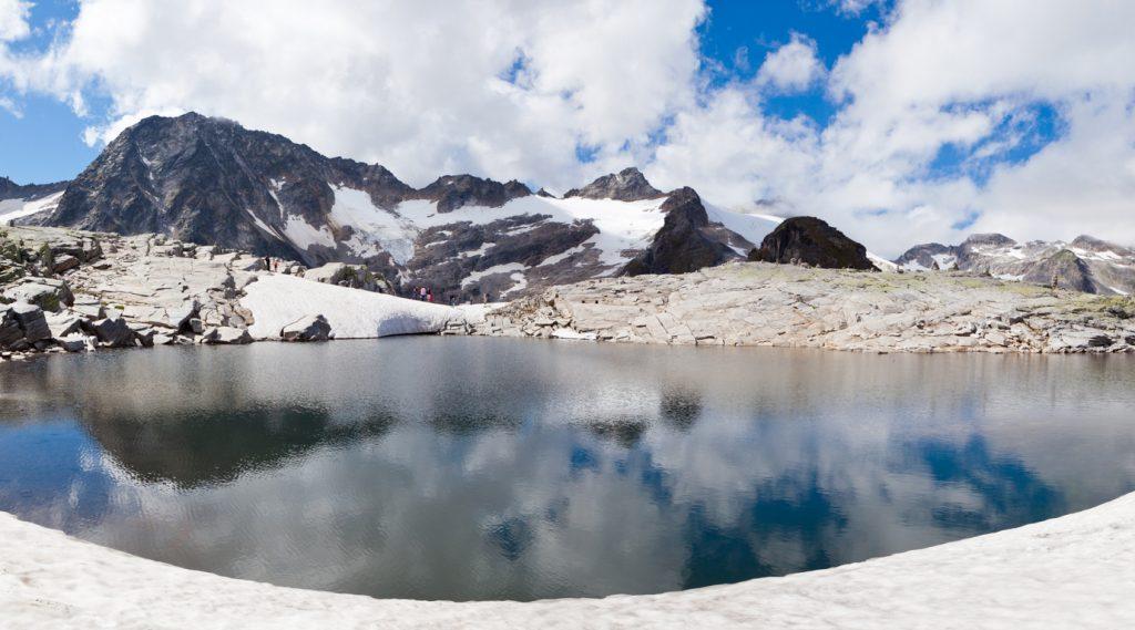Tief winterliche Gletscherwelt mit See
