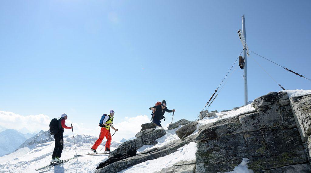 Zwei Skitourengeher kurz vor dem Gipfelkreuz