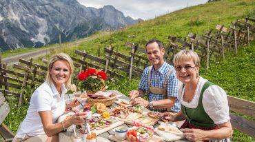 Alexandra Meissnitzer bei der Jause mit Gabi und Tobi Bürgler