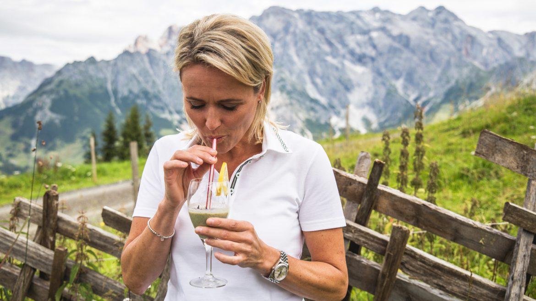 Alexandra Meissnitzer genießt den Kräutersmoothie auf der Bürglalm
