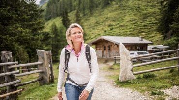 Alexandra Meissnitzer beim Aufstieg auf die Gainschniggalm