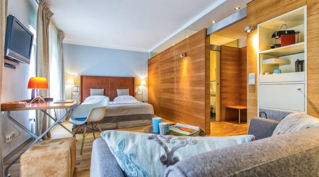 stylisches Hoteltimmer mit Doppelbett, Couch