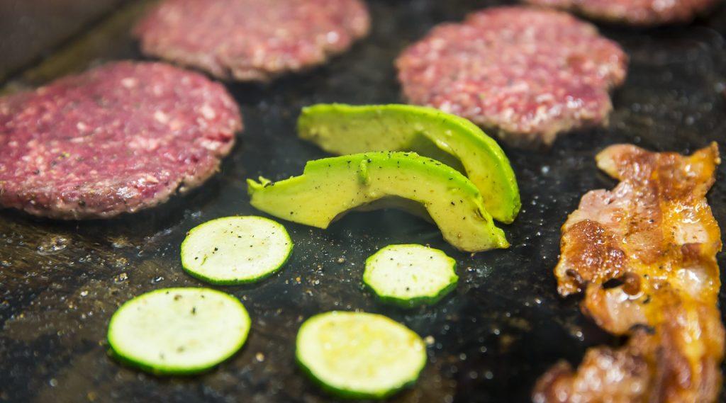 Zutaten für den Burger am Grill: Fleischlaichen, Zucchini, Avocado und Speck