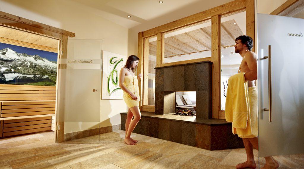 Ein Pärchen im Saunabereich des Hotels