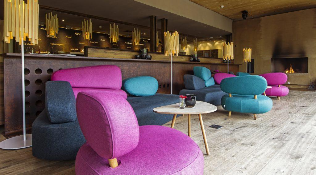 Hotelbar mit pinken und türkisen Sitzmöbeln