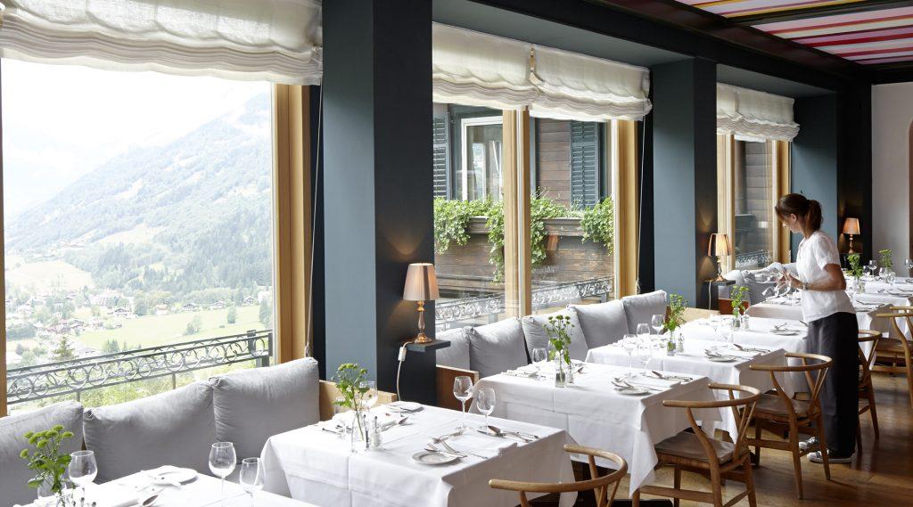 Kellnerin beim Tischdecken - Blick aus dem Fenster ins Gasteinertal