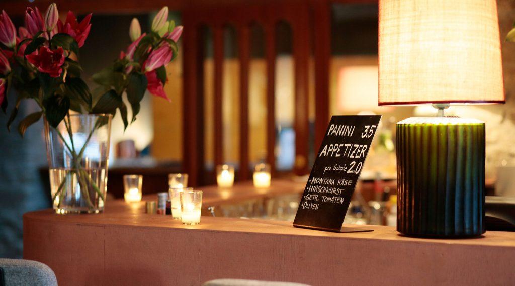 Bar mit Blumen und Teelichtern