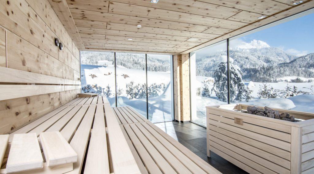 Sauna mit freinem Blick auf die verschneite Landschaft