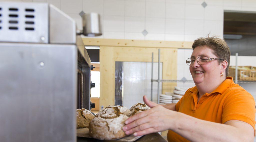 Brotlaibe werden frisch aus dem Ofen geholt