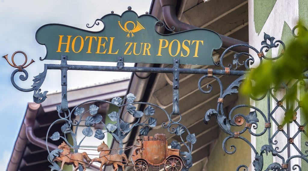 © Hotel zur Post - Schmiedeeisenes Schild weist auf das Hotel hin