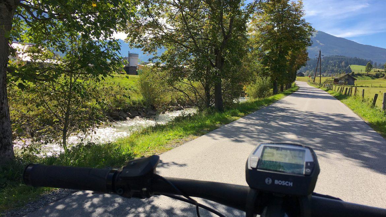 Biker am schattigen Ufer der Enns