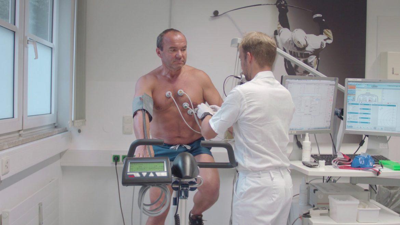 Einem Mann = Patient werden von einem Arzt Werte abgenommen