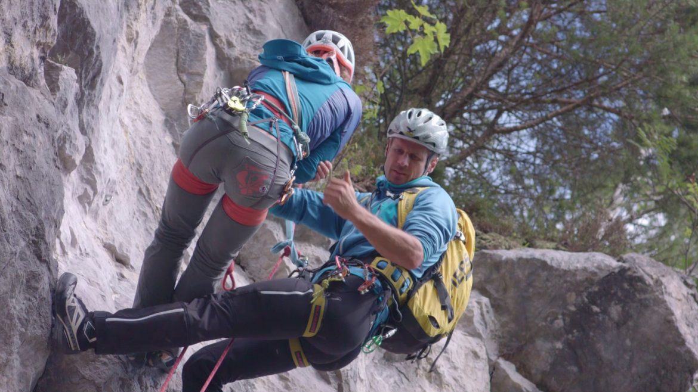 Frau wird bei einem Kletterunfall geborgen