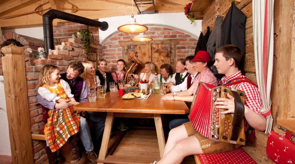 Musiker spielen gemeinsam in der Stube