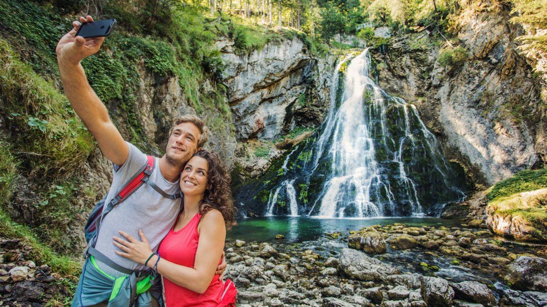 Junges Paar macht ein Selfie vor dem Gollinger Wasserfall