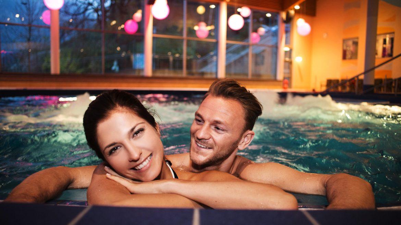 Paar genießt die Auszeit im Aqua Salza
