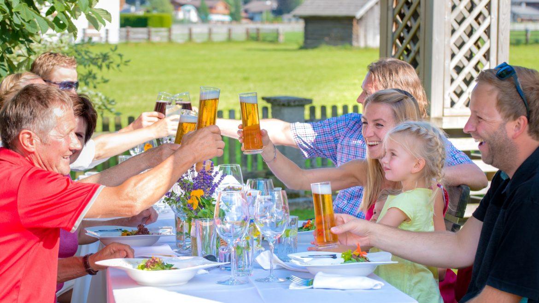 Echter Genuss und gemeinsames Feiern beim kulinarischen Stadtspaziergang in Altenmarkt-Zauchensee.