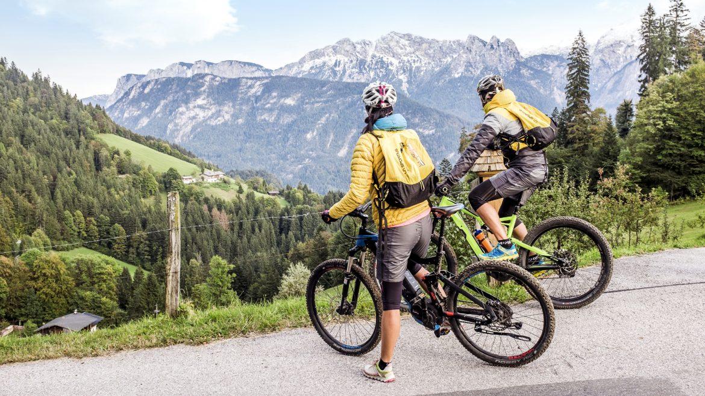 Pärchen auf Mountainbike im Salzburger Saalachtal