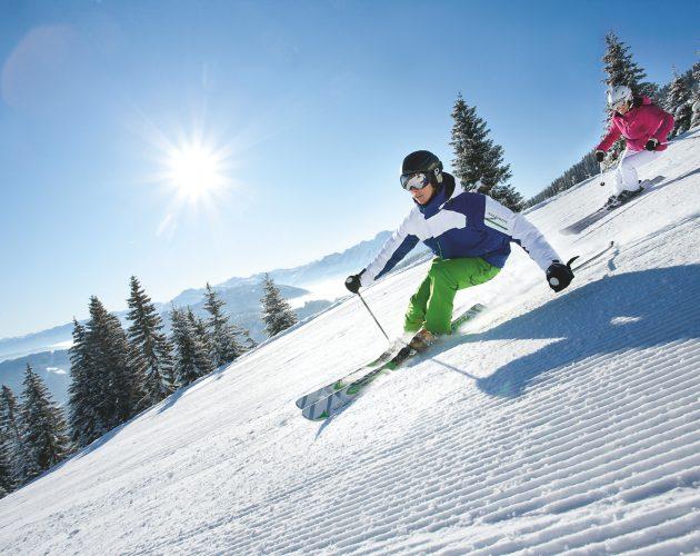 Skifahrer auf Pulverschnee bei Sonnenschein
