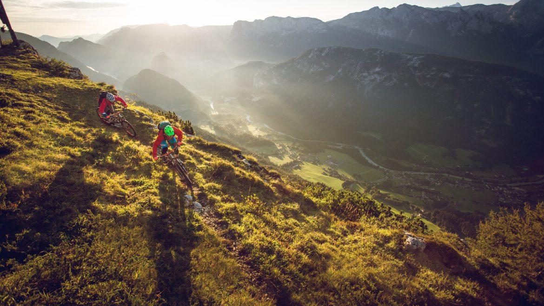 Zwei Biker auf ihren Mountainbikes in den Trail Bikeregionen