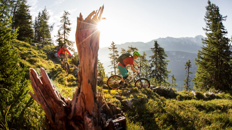 Zwei Biker fahren in der Abendsonne