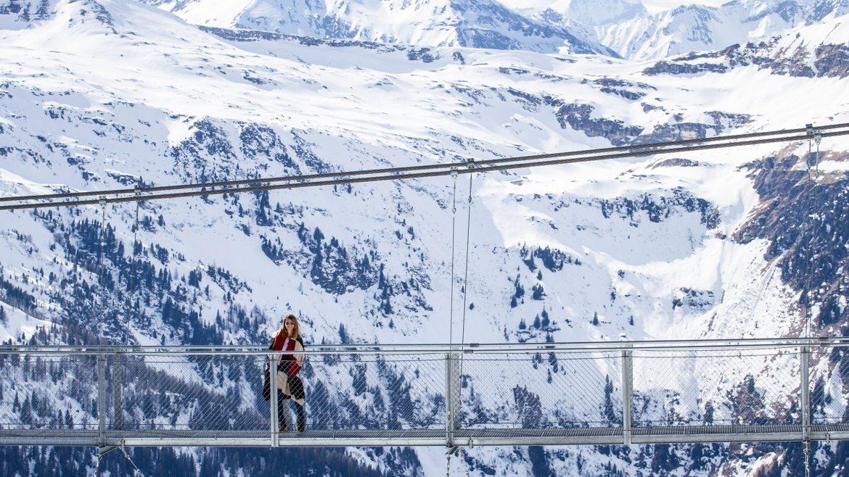Nina Radman auf Hängebrücke