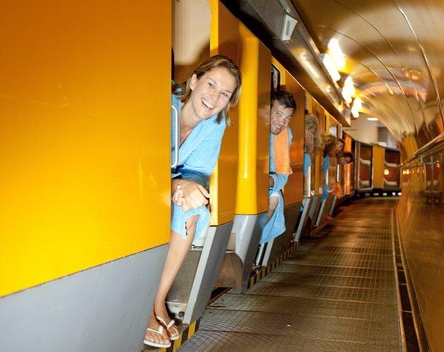 Frau lacht aus dem Zug heraus
