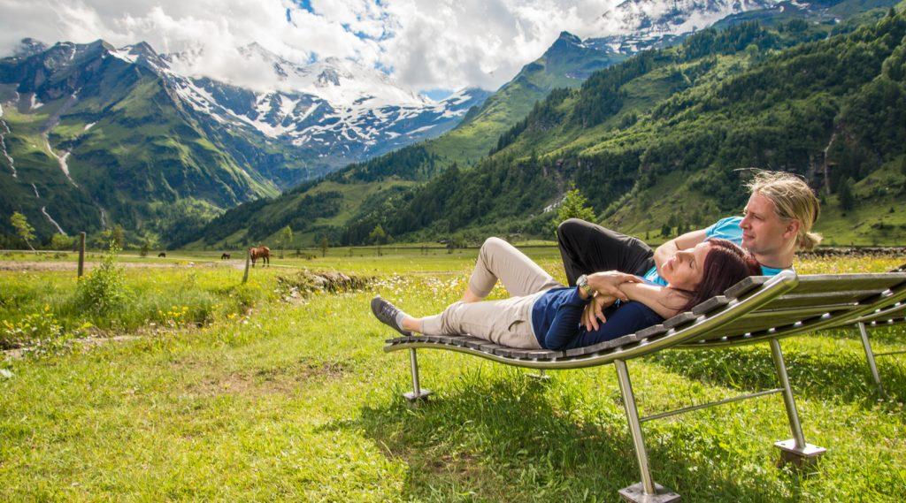 Pärchen relaxt auf der Holziege im Käfertal.