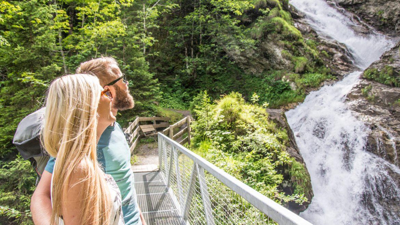 Pärchen vor dem Nepomukwasserfall in Fusch.
