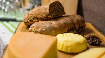 Kletzenbrot mit Käse, eine Spezialität aus dem Gasteinertal