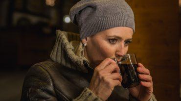 Alexandra Meissnitzer kostet den selbst gemachten Hollerbeeren-Punsch