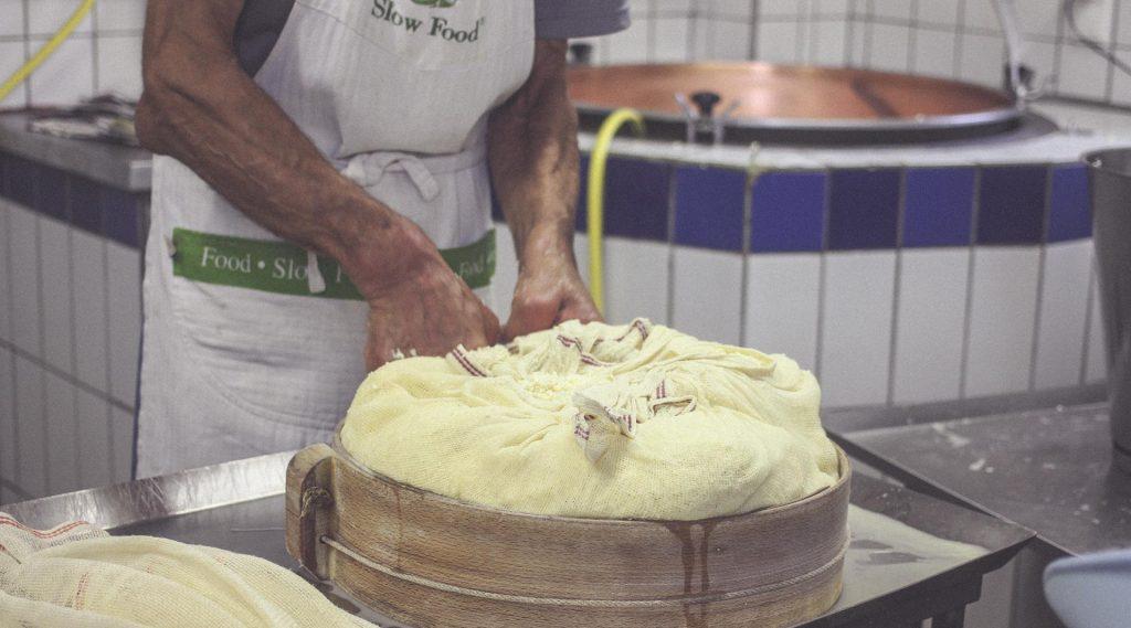 Gunther Naynar gab den Bloggern einen Einblick in seine Käseverarbeitung