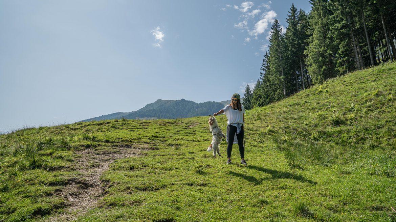 Nina Radman und Hund Tobi auf der Amoseralm
