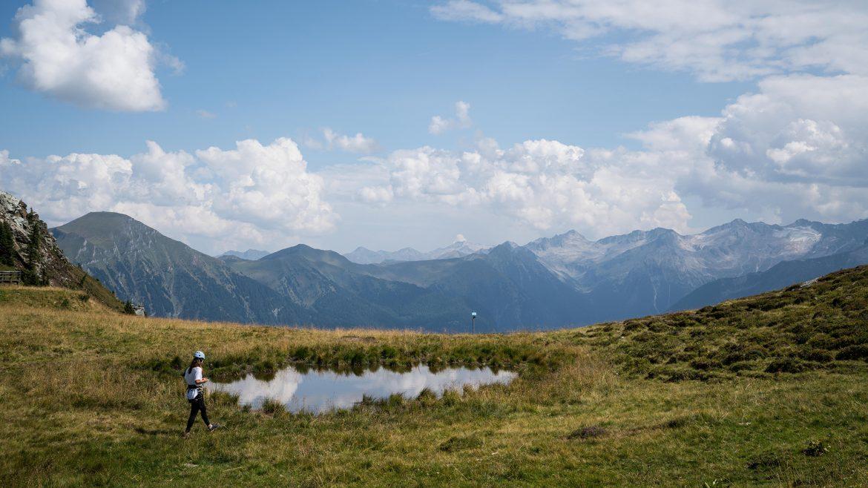 Nina Radman am Weg zum Klettersteig