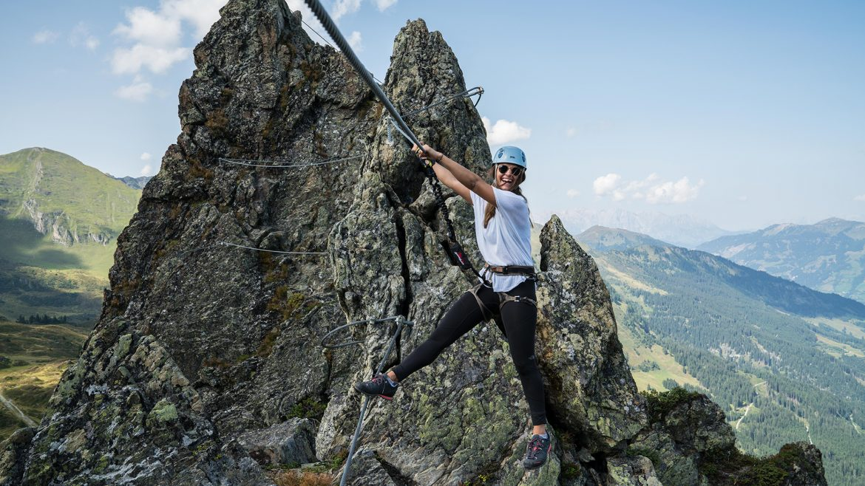 Nina erklimmt den Klettersteig