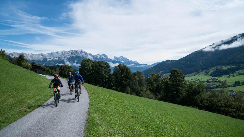 Mit den E-Mountainbikes geht es in Richtung Riedlalm