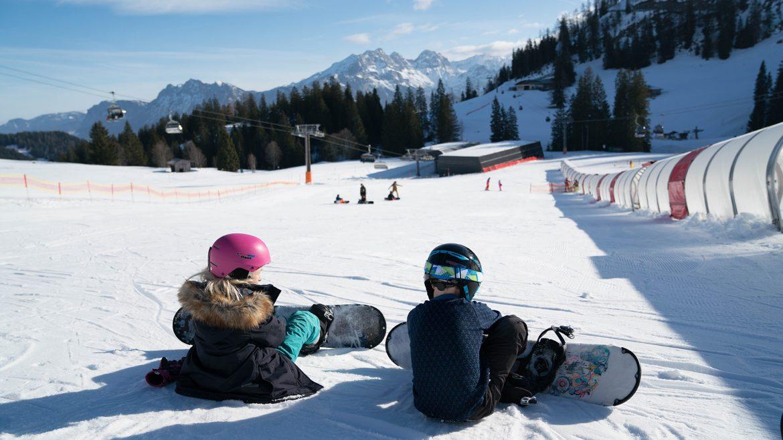 Amy und Aaron (Sechs Paar Schuhe) beim Snowboarden in der Almenwelt Lofer