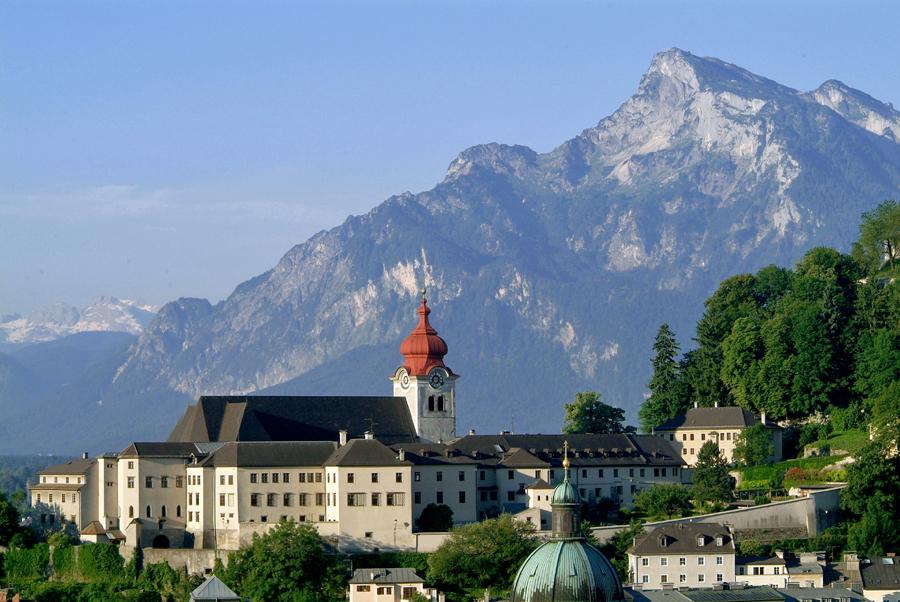Stift Nonnberg in Salzburg - im Hintergrund der Untersberg (c) Erzdiözese Salzburg / Josef Kral