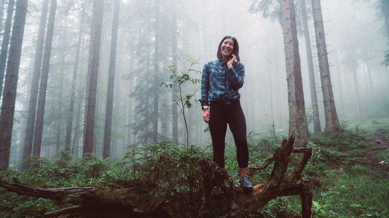 Angie genießt die Stimmung im Wald