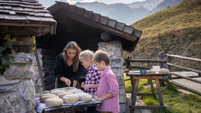 Kinder beim Brotbacken auf der Amoseralm in Gastein