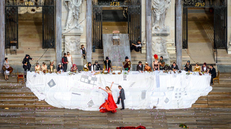 Jedermannaufführung vor dem Dom - Buhlschaft in rotem Kleid und Jedermann
