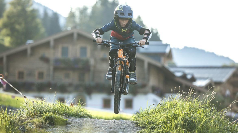 Kind mit Helm am Mountainbike im Bikepark