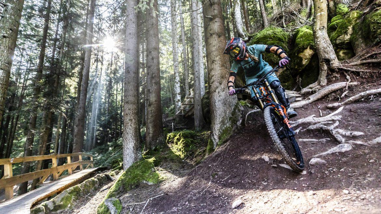 Mountainbiker auf der Downhillstrecke