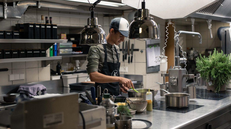 Christian steht in der Küche