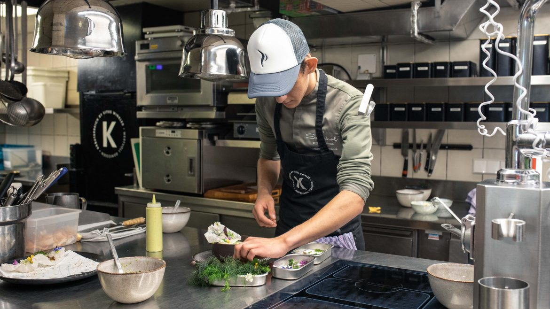 Christian beim Anrichten in der Küche
