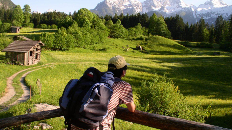 Wanderer genießt den Rundblick am Jakobsweg